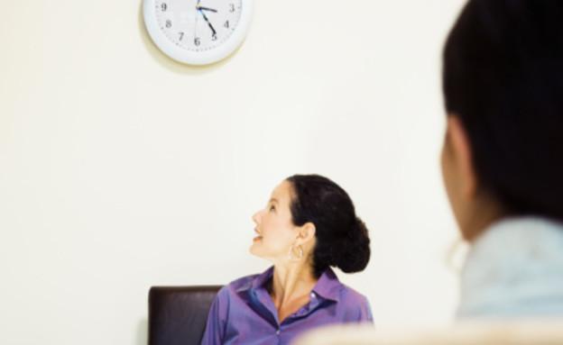 פסיכולוגית מסתכלת על השעון (אילוסטרציה: Ned Frisk, Thinkstock)