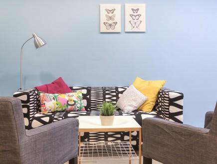 דירת עצמאות סטודיו פנימה 08, בסלון ספה דומיננטית ושתי כורסאות אפור