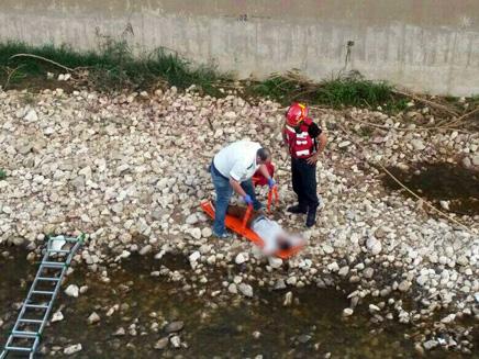 """חילוץ פצוע מנחל איילון (צילום: דוברות מד""""א)"""