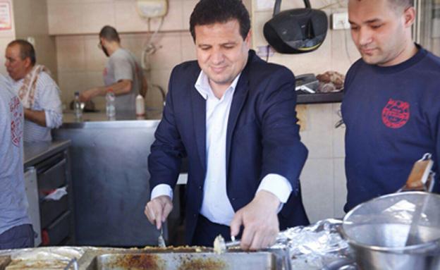 איימן עודה מכין פלאפל בעכו (צילום: חדשות 2)