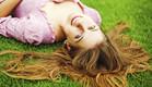 שוכבת על הדשא (צילום: אימג'בנק / Thinkstock)
