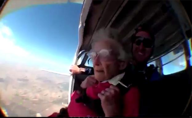 צפו בצניחה החופשית של ג'ורג'ינה בת ה-100