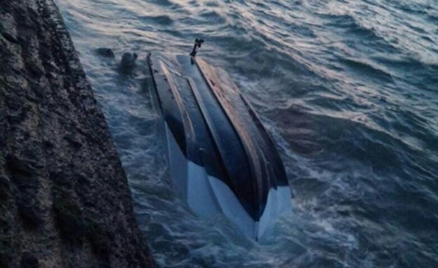הסירה שהתהפכה, אתמול (צילום: שרגא קורצוג)