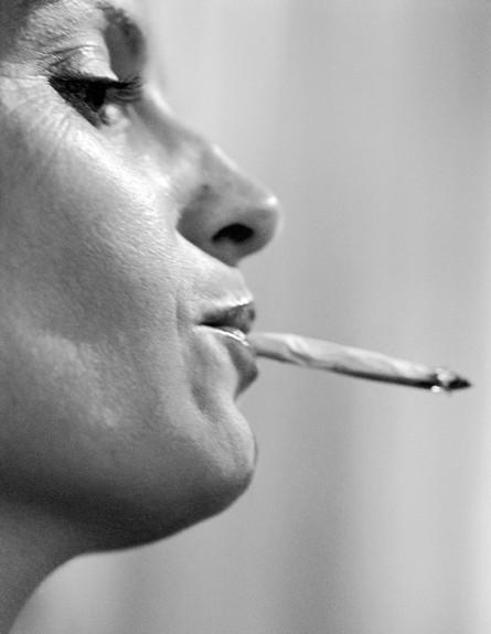 אישה מעשנת ג'ויינט