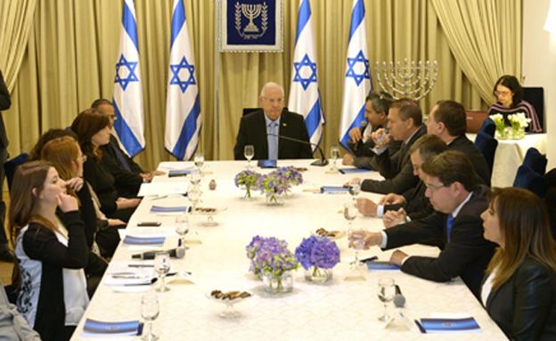 נשיא המדינה עם פתיחת ההתייעצויות עם המפלגות השונות (צילום: מארק דוברות בית הנשיא)