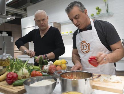 נורמן עיסא מבשל עם הזוכה