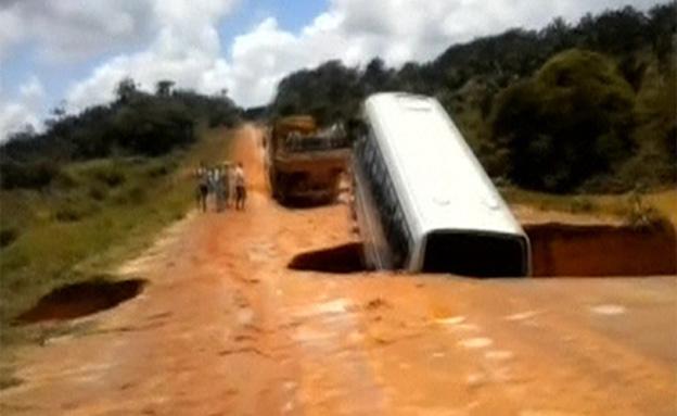 אוטובוס שקע בבולען – ונסחף בנהר