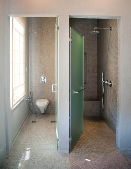 שירלי דן, שירותים ומקלחת גובה