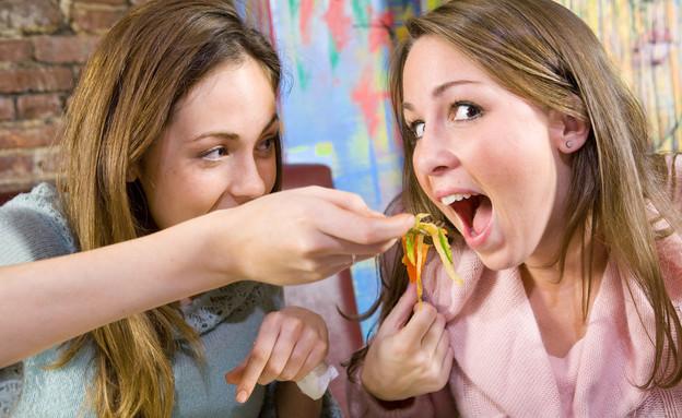 בנות אוכלות (צילום: אימג'בנק / Thinkstock)