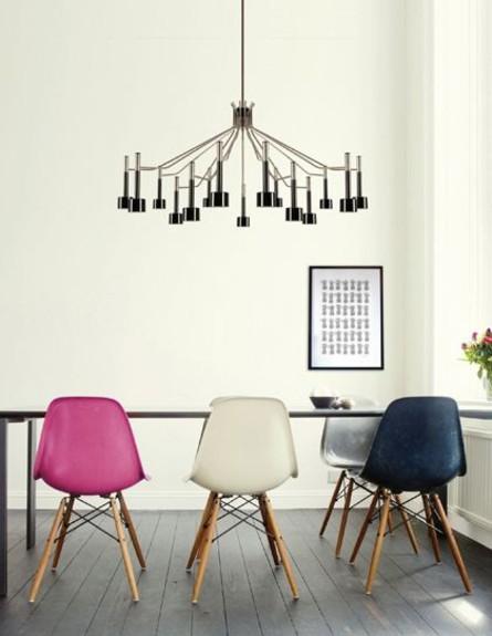 פינות אוכל, כיסאות איימס בצבעים שונים (צילום: Apent_Hus)