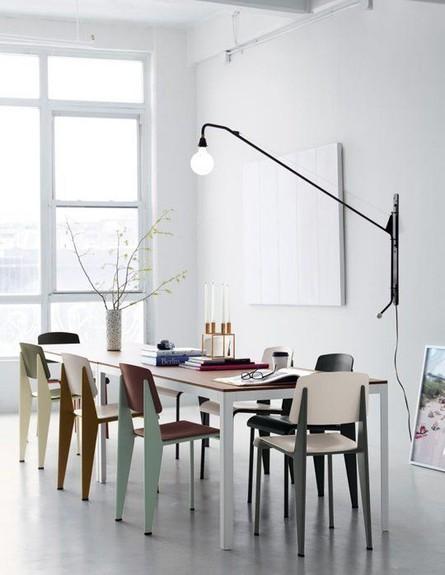 פינות אוכל, כיסאות זהים בצבעים מונכרומטיים (צילום: urbanite )