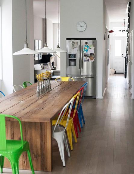 פינות אוכל, כיסאות מתכת בצבעים שונים (צילום: Design_Sponge)
