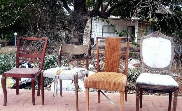 פינות אוכל, ערימת כיסאות (צילום: לירון גונן)