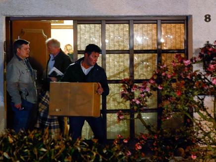 החוקרים יוצאים מבית הטייס (צילום: רויטרס)