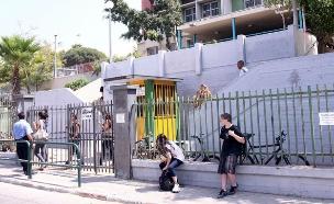 תלמידים מחוץ לבית הספר (עיבוד: עודד קרני)
