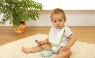 ילד אוכל מהרצפה (צילום: אימג'בנק / Thinkstock)
