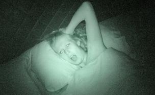 מפוחדת במיטה (צילום: אימג'בנק / Thinkstock)