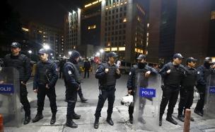 """שוטרים מחוץ לביהמ""""ש (צילום: רויטרס)"""
