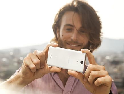 גבר מצלם בסמארטפון