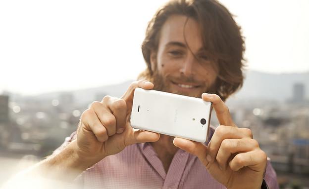 גבר מצלם בסמארטפון (צילום:  Vernon Chan, Flickr)