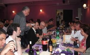 """ארוחת ליל הסדר באגודה למען הלהט""""ב, 2010 (צילום: הדר גרד)"""