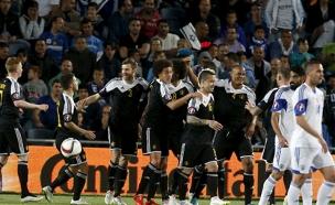 שוב הפסידה. שחקני ישראל ובלגיה, הערב (צילום: רויטרס)