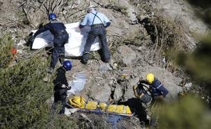 החיפושים אחר שרידי הנוסעים (צילום: רויטרס)