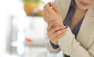 אישה מחזיקה את היד (צילום: אימג'בנק / Thinkstock)