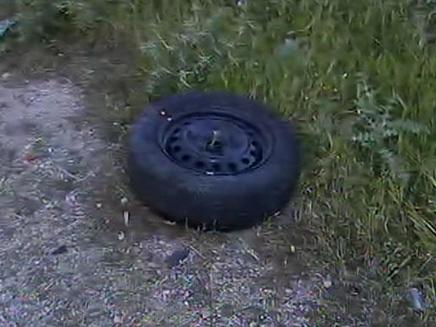 הצמיג שנמצא בצדי הדרך (צילום: חדשות 2)