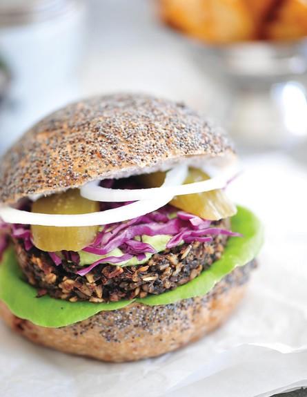 המבורגר עדשים שחורות  (צילום: מיכל רביבו, תאנים צלויות ועדשים כתומות)