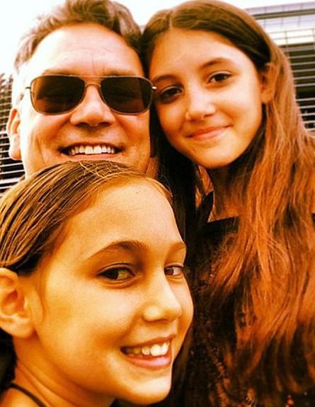 דאגלס מרפי ובנותיו (צילום: PA Real Life Features)