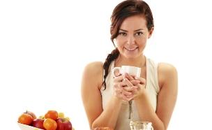 אישה אוכלת פירות (צילום: אימג'בנק / Thinkstock)