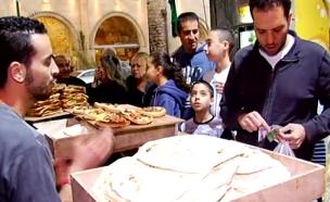 קונים לחם אצל אבולעפיה ביפו (צילום: חדשות 2)