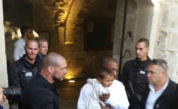 קניה ונורת' יוצאים מהכנסייה (צילום: ארנסטו צלמים)