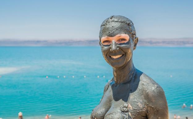 אישה מלאה בבוץ, ים המלח (צילום: אימג'בנק / Thinkstock)