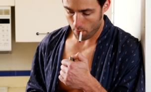 גבר מעשן בתחתונים (צילום: אימג'בנק / Thinkstock)