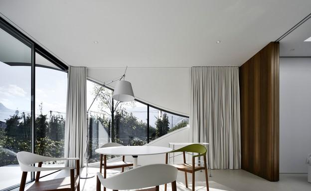 בתי המראה 16, מחיצות עץ מפרידות את חדר השינה מהחלל המרווח (צילום: Oskar Da Riz, Nicolò Degiorgis)