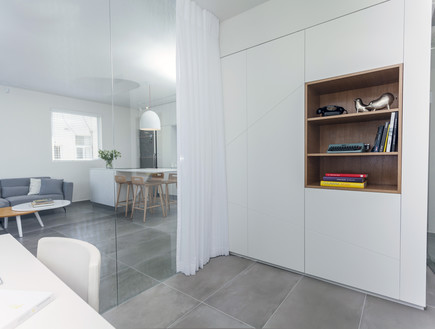 דירות רווקים 11, קיר זכוכית בין חדר העבודה לסלון