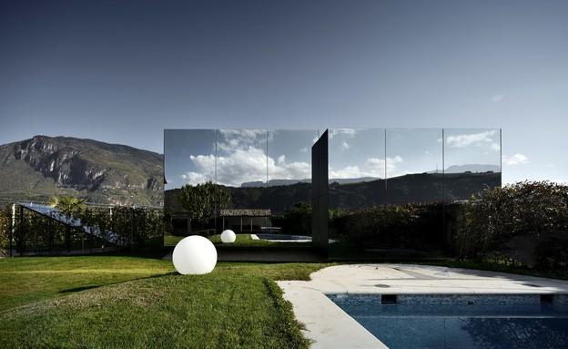 בתי המראה 10, בית החווה משתקף במבנה המודרני (צילום: Oskar Da Riz, Nicolò Degiorgis)