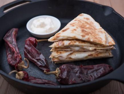 טוסט טורטייה במחבת עם מיונז צ'יפוטלה, גבינת קשקבל  (צילום: נמרוד סונדרס, אוכל טוב)