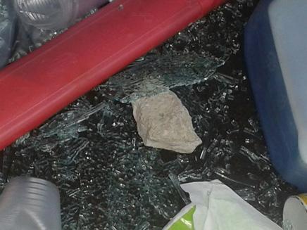 אחת האבנים שהושלכו בתוך רכבו של הקצין, ה