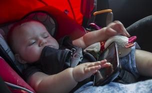 תינוק עם סמארטפון (צילום: Quinn Dombrowski, Flickr)