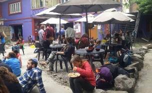 """ישראלים בבית חב""""ד בקטמנדו, נפאל (צילום: חדשות 2)"""