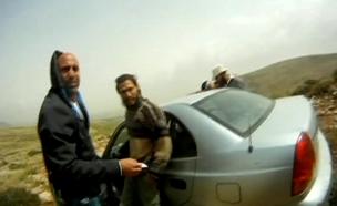 צפו: מתנחלים תועדו כשהם תוקפים רועים פלסטינים (צילום: חדשות 2)