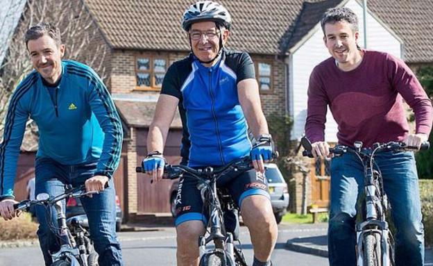 ג'ף ושני הבנים רוכבים (צילום: PA Real life fearures)