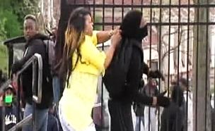 צפו: מנעה מבנה מלהשתתף במהומות (צילום: CNN)