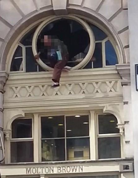 גנב קופץ מחלון (צילום: youtbe)