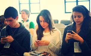 אנשים עם סמארטפונים (צילום: Esther Vargas, Fickr)