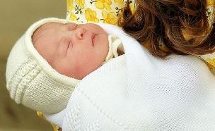קייט הציגה לעולם את התינוקת. צפו (צילום: sky news)
