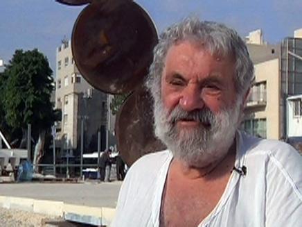 """קדישמן על רקע פסלו """"התרוממות"""" (צילום: חדשות 2)"""